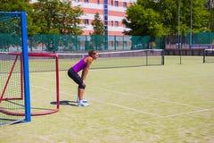 Wit-Rusland, Minsk 08 06 2018 bevindt het meisje zich bij de poort Vrouwenkeeper De amateurvoetbal, meisje bevindt zich dichtbij  Stock Foto