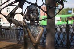 WIT-RUSLAND, MINSK - JULI 30, 2014: Het stadsbrons beeldhouwt het Meisje met een Paraplu Stock Foto