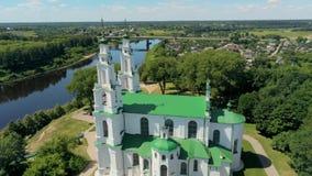 Wit-Rusland, Polotsk-Satellietbeeld: Kathedraal van Heilige Sophia door Dvina River in de Zomer stock videobeelden