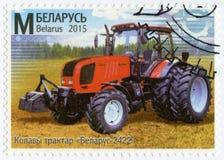 WIT-RUSLAND - 2015: toont tractor Wit-Rusland 2422, reeks Machine de Bouw van Wit-Rusland Stock Foto's