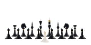Wit schaakpand tegengesteld aan zwarte degenen stock fotografie