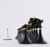 Wit schaakpand tegengesteld aan zwarte degenen royalty-vrije stock foto