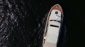 Wit schip die op rivier drijven stock videobeelden