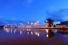 Wit schip in haven   Royalty-vrije Stock Fotografie