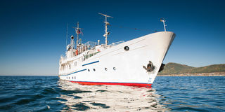 Wit schip in het water van meer Baikal Stock Afbeelding