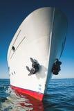 Wit schip in het water van meer Baikal Stock Afbeeldingen