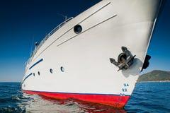 Wit schip in het water van meer Baikal Stock Foto's