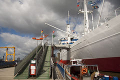 Wit schip op de kade Royalty-vrije Stock Foto's
