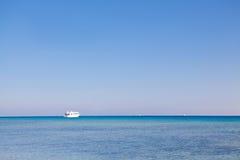 Wit schip veruit op zee Stock Fotografie