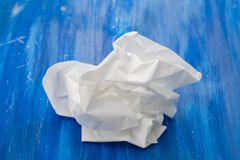 Wit schoon droog verfrommeld papieren zakdoekje op blauwe achtergrond royalty-vrije stock foto's
