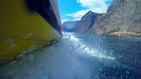 Wit schuim achter de boot Tenerife Canarische Eilanden spanje stock video
