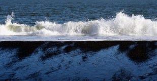 Wit schuim en zwart zand Royalty-vrije Stock Fotografie