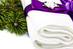 Wit servet met lint en takjeKerstboom stock afbeeldingen