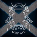 Wit silhouetwapenschild met Kader en Uitstekende Wapens op de Vlagachtergrond van Schotland Stock Foto's