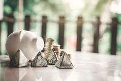 Wit spaarvarken en muntstuk op hout royalty-vrije stock afbeelding