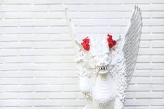 Wit standbeeld met hibiscusbloem Royalty-vrije Stock Afbeelding