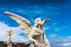 Wit standbeeld van een hoek tegen blauwe hemel Royalty-vrije Stock Foto
