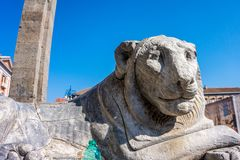 Wit steenbeeldhouwwerk van Leeuw dat in Napels wordt gevestigd stock fotografie