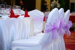 Wit stoelen, lijsten en bestek royalty-vrije stock afbeelding