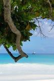 Wit strand met schip op de achtergrond Stock Fotografie