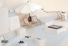Wit terras met ligstoelen in calderahuis, Santorini, Gree Stock Fotografie
