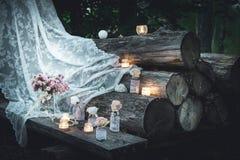 Wit transparant kant, kaarsen in glas royalty-vrije stock foto's