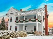 Wit Twee die Verhaalhuis voor Kerstmis in Sneeuw wordt verfraaid Stock Afbeeldingen