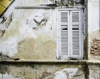 Wit uitstekend houten venster op bakstenen muur Stock Afbeelding