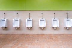 Wit urinoir in mensen` s badkamers Royalty-vrije Stock Afbeelding