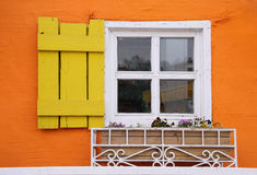 Wit venster op kleurrijke muur Stock Afbeeldingen