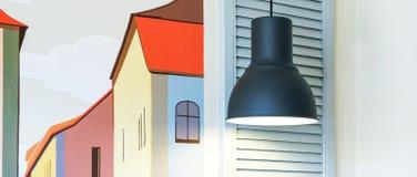 Wit venster op witte bakstenen muurachtergrond Een lamp glanst boven het venster Heb Venstersbloemen Comfortabele atmosfeer, huis stock foto