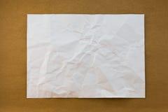 Wit verfrommeld document op houten document textuur als achtergrond uitstekende st Royalty-vrije Stock Afbeeldingen