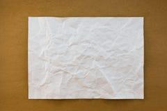 Wit verfrommeld document op houten document textuur als achtergrond uitstekende st Royalty-vrije Stock Foto's