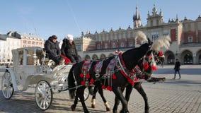 Wit vervoer en zwarte paarden op het Belangrijkste Marktvierkant stock videobeelden