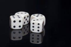 Wit vier dobbelt op een zwarte achtergrond Royalty-vrije Stock Afbeelding