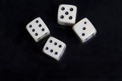 Wit vier dobbelt op een zwarte achtergrond Royalty-vrije Stock Afbeeldingen