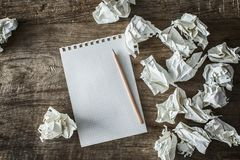Wit vierkant document, potlood en papierafval op houten achtergrond Stock Foto