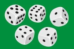 Wit vijf dobbelt grootte in een crapsspel wordt geworpen, yatzy of om het even welk soort dobbelt spel tegen een groene achtergro stock illustratie