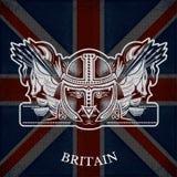 Wit Wapenschild met Hoofd van Worrior en Uitstekende Wapens op de Vlagachtergrond van Groot-Brittannië Stock Foto