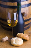 Wit wijn, brood en vat stock afbeeldingen
