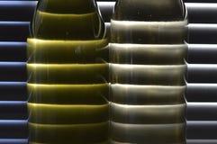 Wit wijnlicht door blinden stock foto