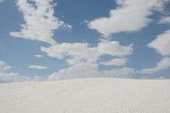 Wit woestijnzand en witte wolken met blauwe hemel Royalty-vrije Stock Afbeelding