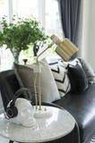 Wit woonkamerbinnenland met gele, blauwe en roze hoofdkussens op bank stock fotografie