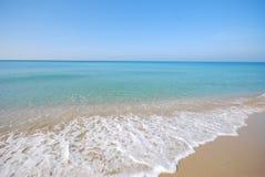 Wit zand en blauwe overzees Royalty-vrije Stock Foto