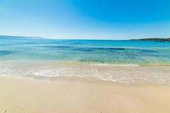 Wit zand en duidelijk water in het strand van Le Bombarde royalty-vrije stock fotografie