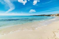 Wit zand in het strand van Le Bombarde stock afbeelding