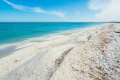 Wit zand in Stintino-kust stock afbeelding