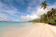 wit zandig strand, Eiland van pijnbomen Royalty-vrije Stock Afbeeldingen