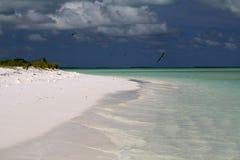 Wit zandig strand in Motu-Taboeeilandje Stock Foto's