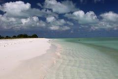 Wit zandig strand in Motu-Taboeeilandje Stock Afbeeldingen